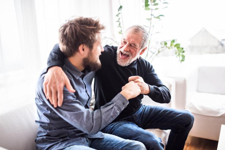 пожилой и молодой мужчина фото