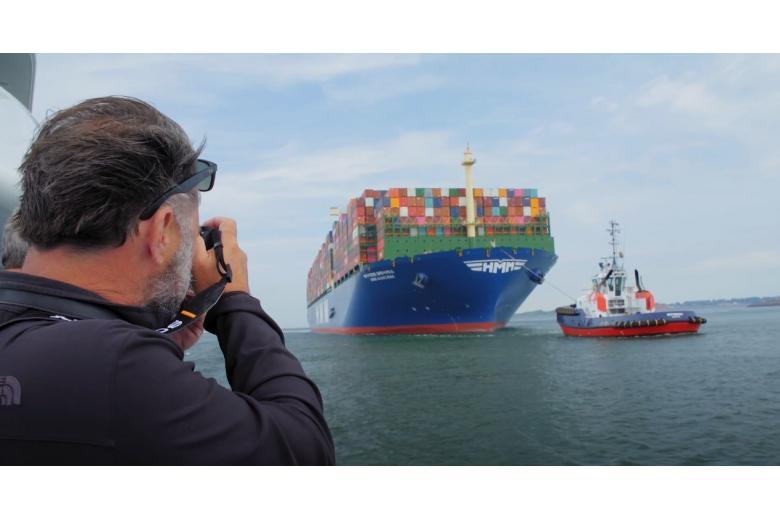Самый большой в мире контейнеровоз прибыл в Европу фото