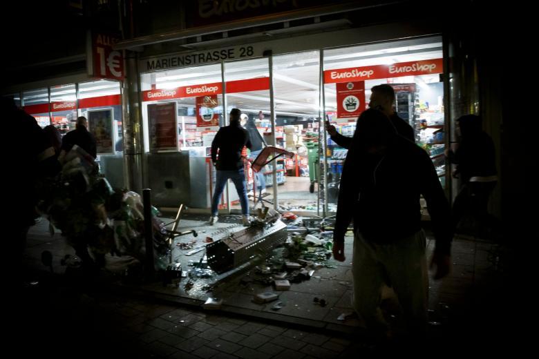 В Штутгарте развернулись ночные бои с полицией фото