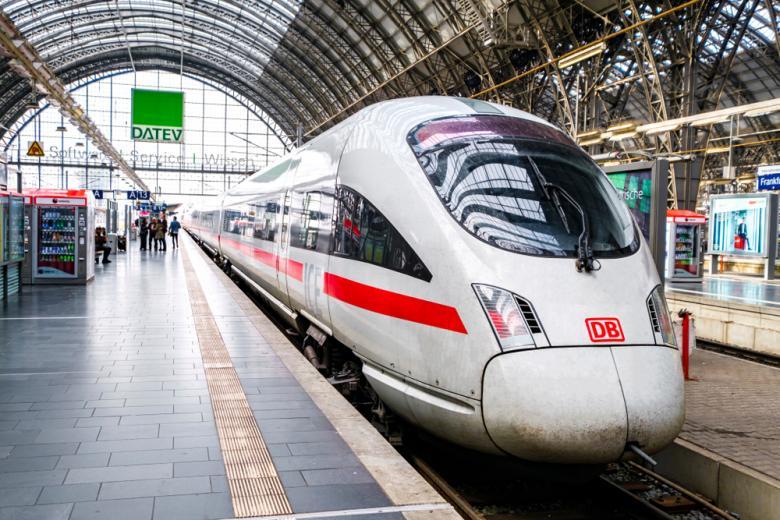 скоростной поезд на вокзале фото