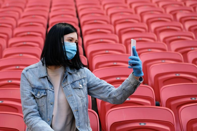 стадионы откроют для болельщиков на треть фото