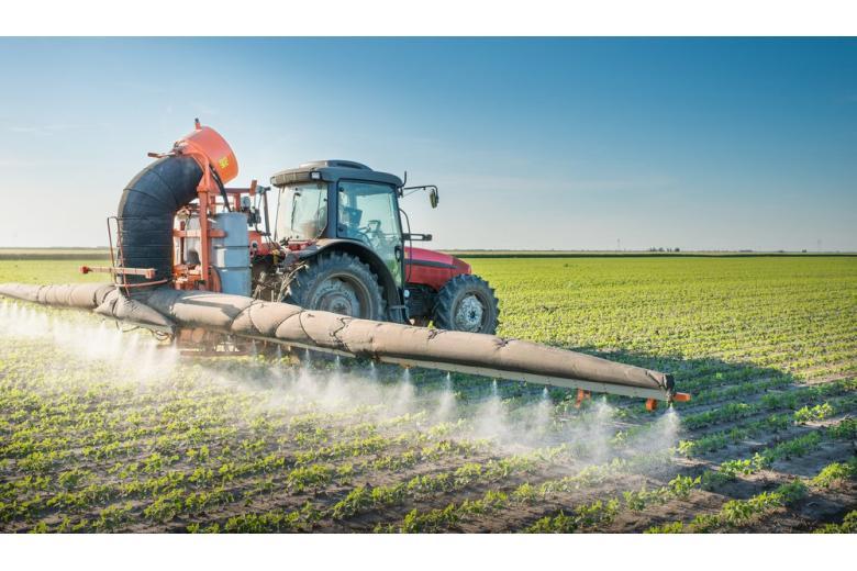 трактор распыляет пестициды фото