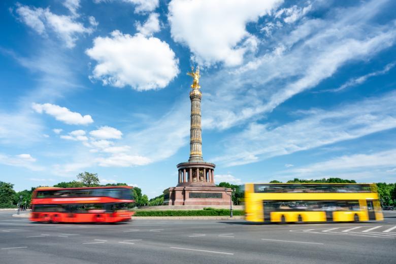Туристические автобусы возле колонны победы в центре Берлина фото