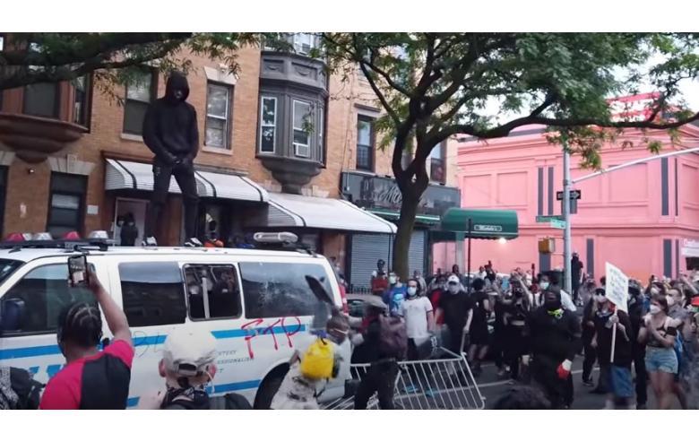 В Америке продолжаются погромы и стычки с полицией фото