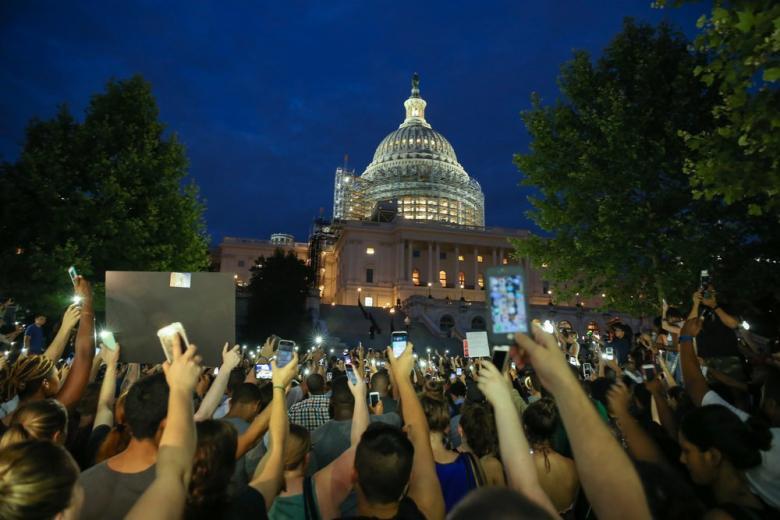 В Америке протестующие оставили ночные улицы фото