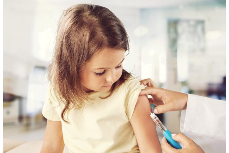 Врач делает прививку ребёнку фото