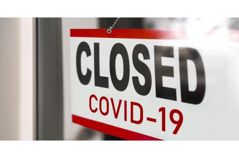Дверь с табличкой Закрыто из-за COVID-19 фото