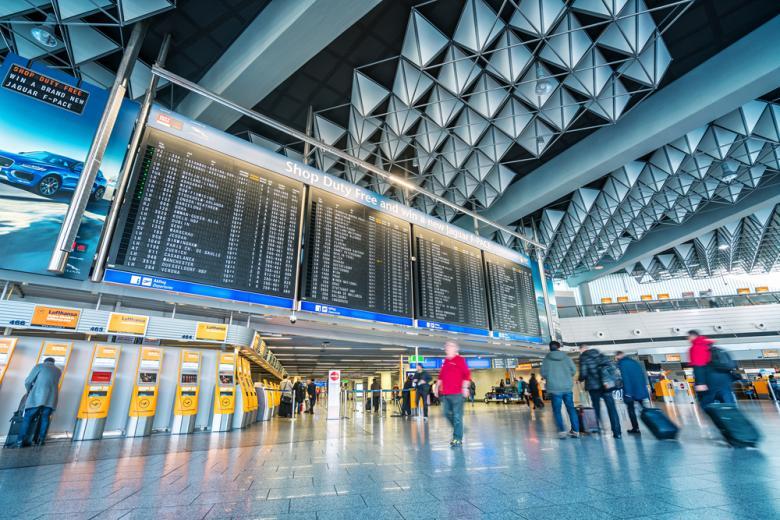 Терминал аэропорта Fraport, табло с расписанием фото