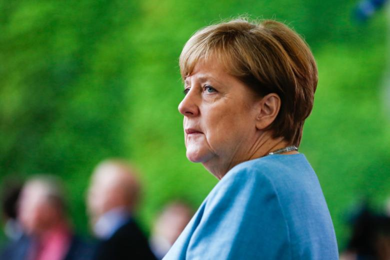 ангела меркель в профиль на размытом фоне фото