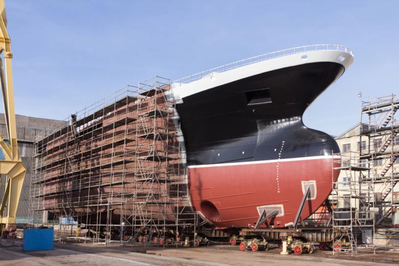 большой корабль в строительных лесах фото