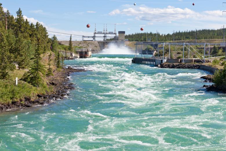 бурная вода в реке возле гэс и зелень вокруг фото