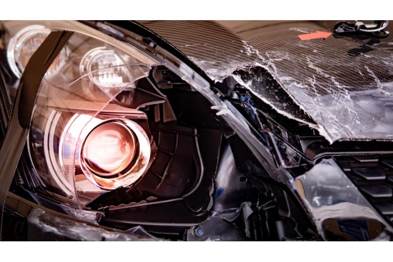 Черная машина, разбитая на дороге фото