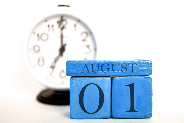 Деревянный календарь август и часы фото