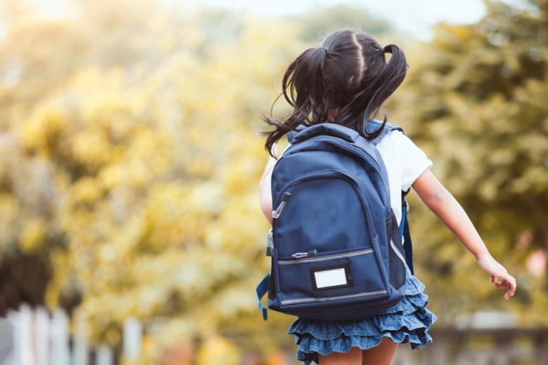 девочка с рюкзаком и двумя хвостиками идет в школу фото