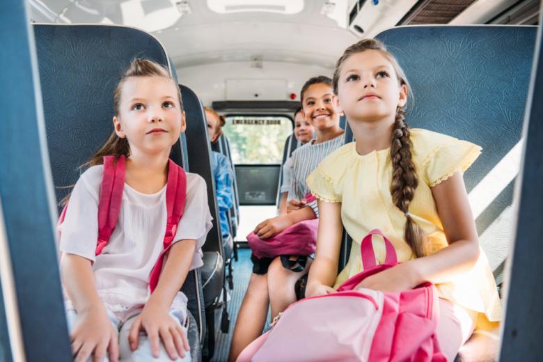 Девочки в школьном автобусе на экскурсии фото