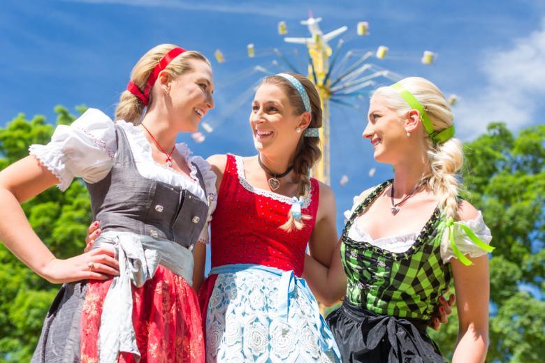 Девушки в национальных немецких костюмах фото