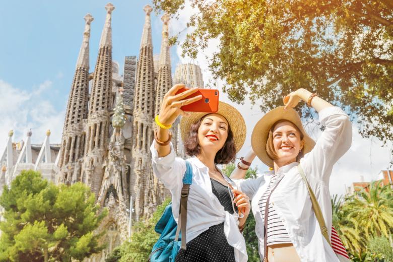 Две туристки возле собора Sagrada Familia в Барселоне фото