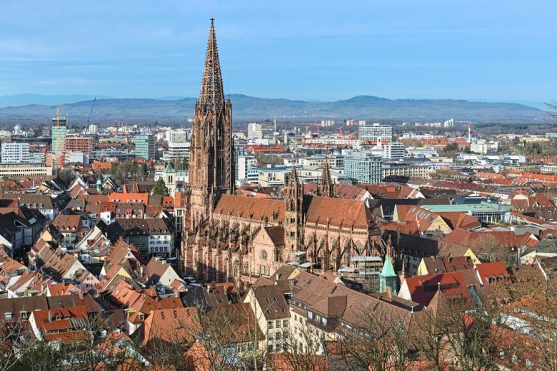 фрайбургский собор в окружении городских зданий с высоты фото