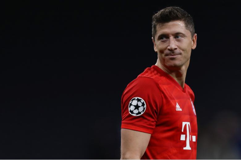 футболист роберт левандовски стоит боком и смотрит на поле фото