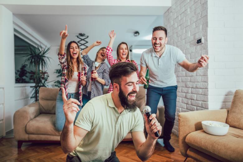 Группа друзей дома поет в караоке фото