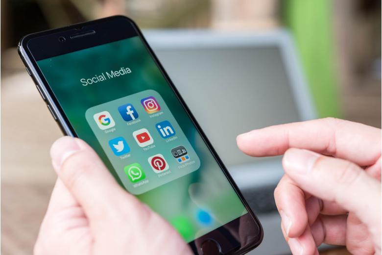 иконки социальных сетей на экране смартфона фото