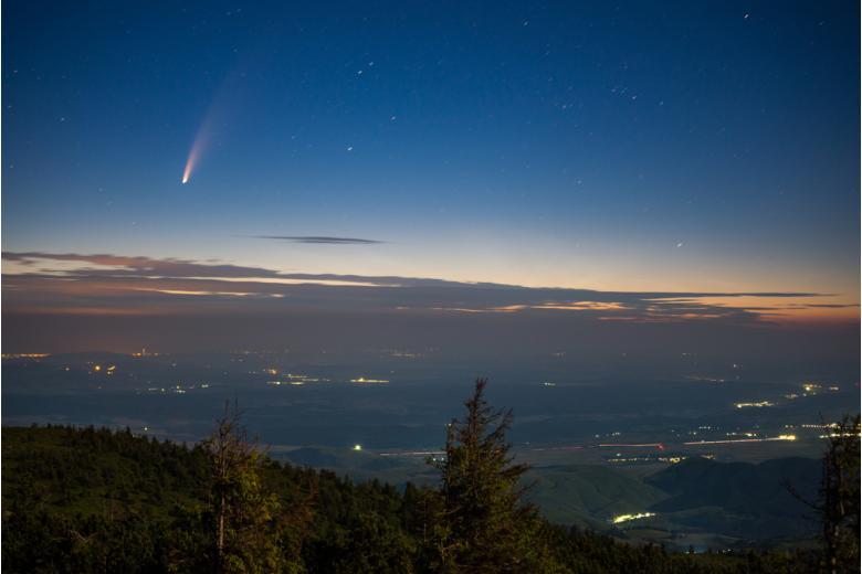 Комета Neowise на рассветном небе в Трансильвании фото