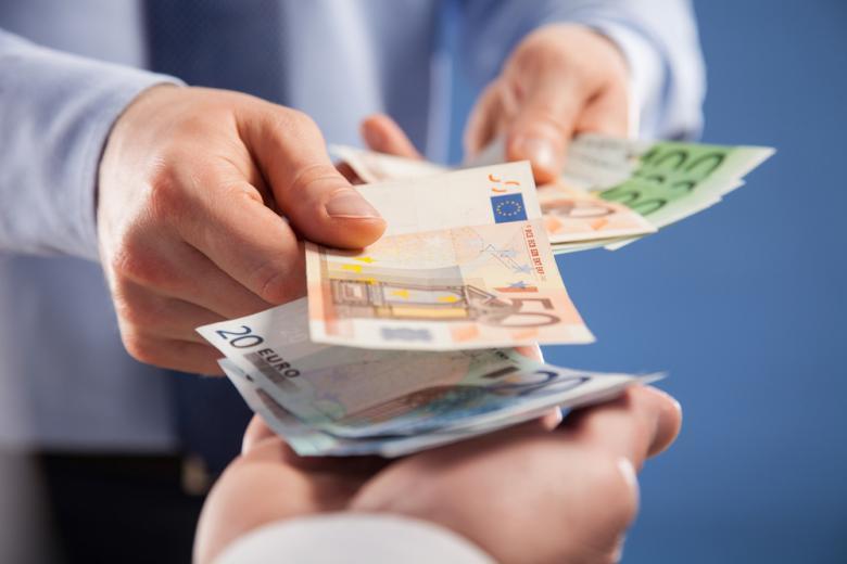 купюры евро в руках фото