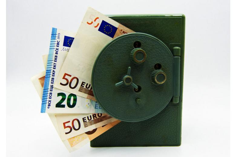 купюры евро в сейфе фото