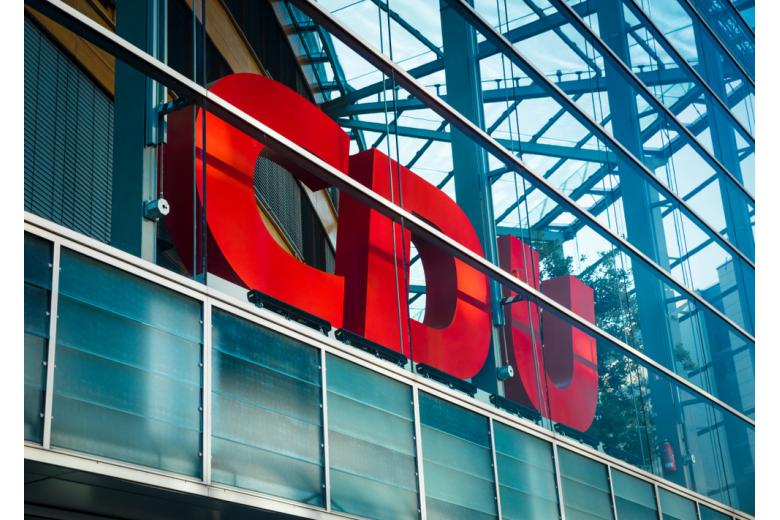 Логотип CDU на здании штаб-квартиры партии фото
