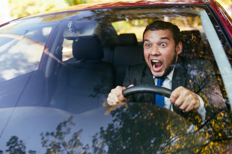 мужчина кричит за рулем фото