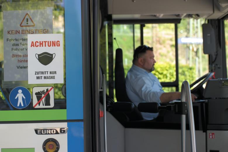 надпись на автобусе надевайте маски фото