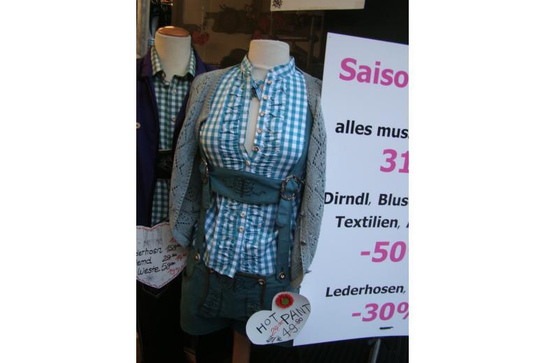 Немецкий женский костюм с шортами фото