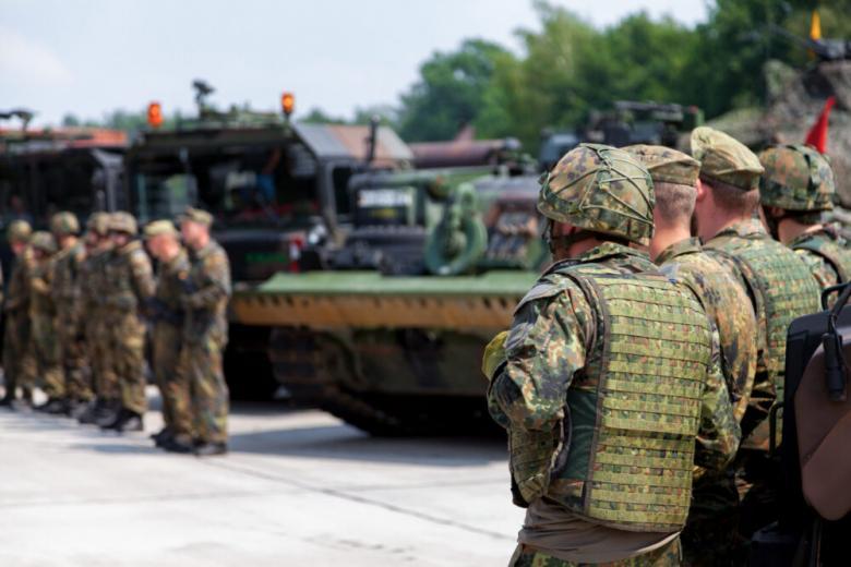 немецкие военные стоят возле военной техники фото