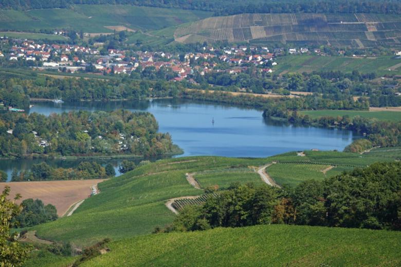 озеро бретенауер вид сверху в окружении зелени фото