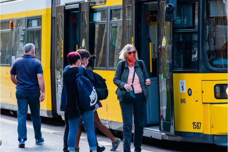 пассажиры на остановке общественного транспорта фото