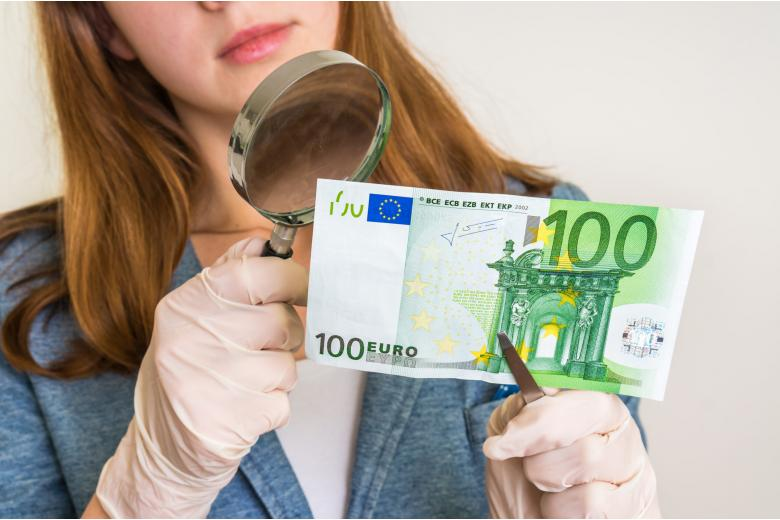 Поддельные деньги заполонили Европу, но фальшивомонетчиков нашли фото