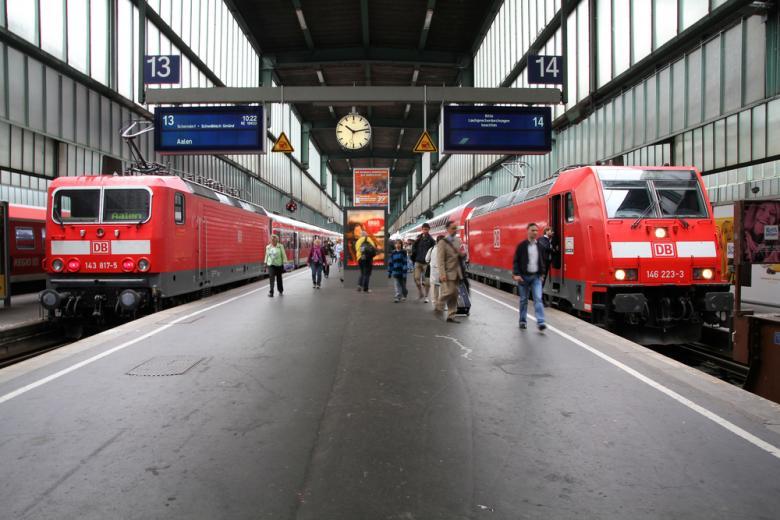поезда на железнодорожном вокзале фото