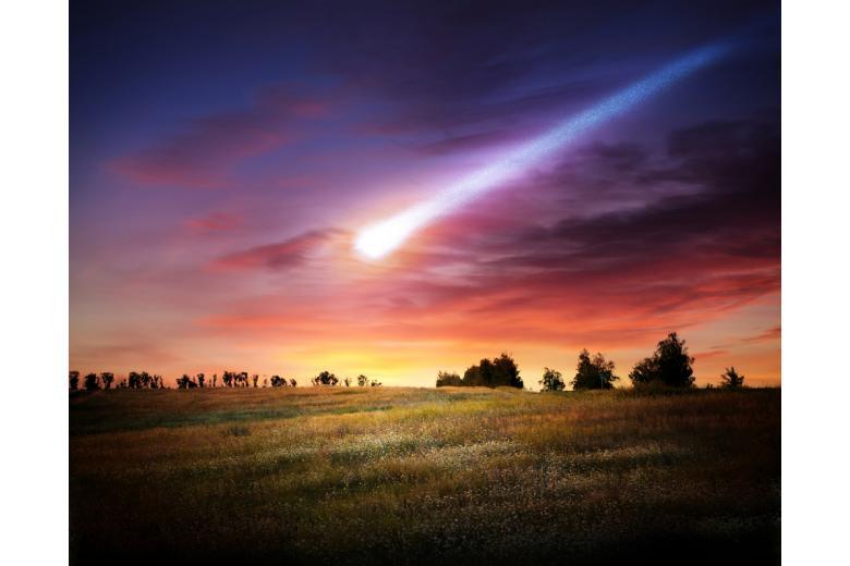 поле и деревья на заднем фоне летит метеорит фото