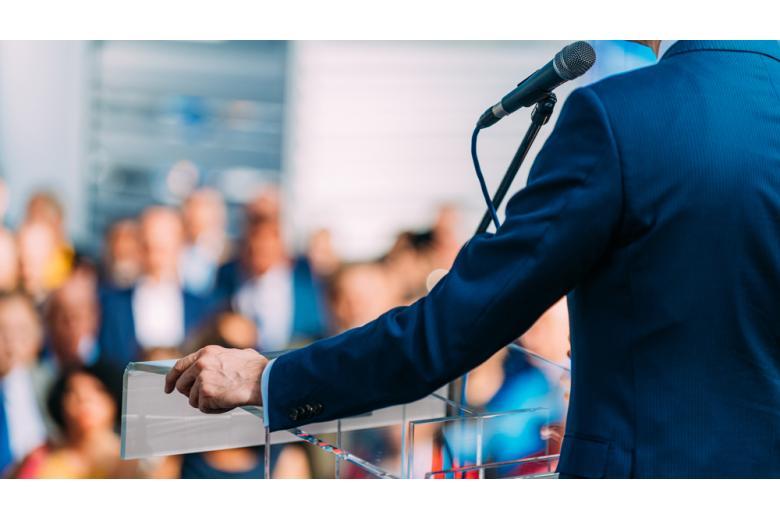 Политик излагающий речь фото