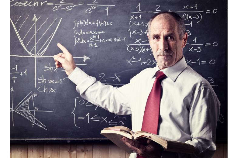 пожилой учитель у доски фото