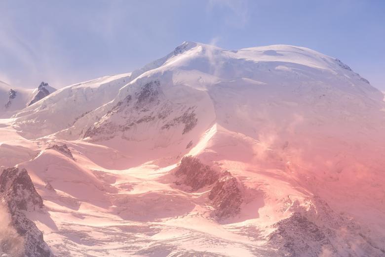 Розовая аномалия: в Альпах нашли цветной снег, ускоряющий глобальное потепление фото 1