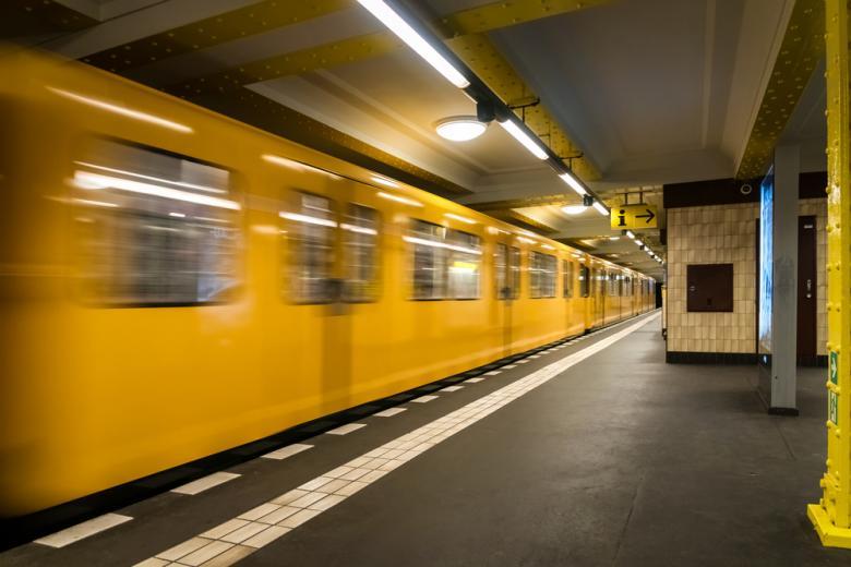 В метро Берлина меняют название станции фото