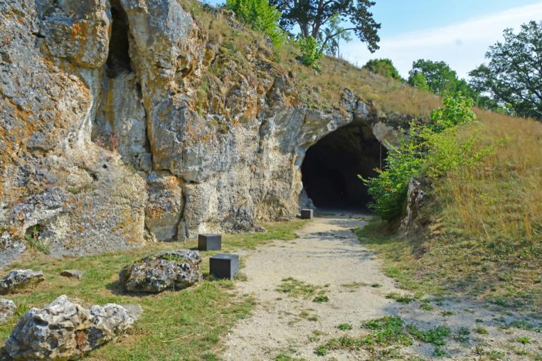 Вход в пещеру Фогельхерд на юге Германии