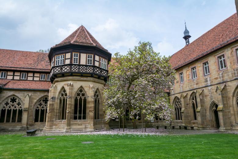 Внутренний двор монастырского комплекса Маульбронн фото