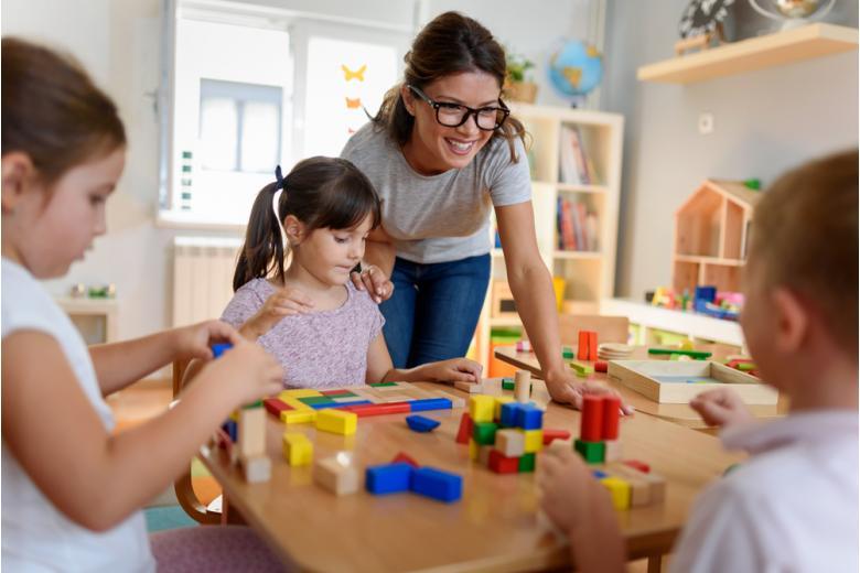 Воспитатель с детьми фото