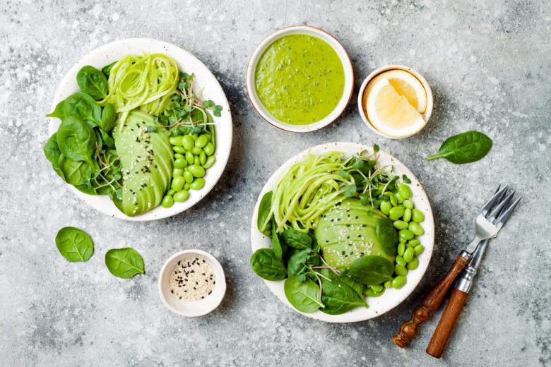 Зелёный соус с вегетарианским блюдом фото