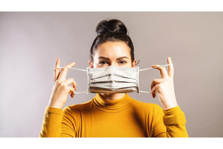 женщина надевает маску фото