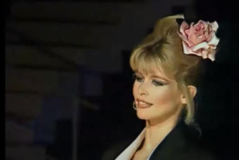 Claudia Schiffer на выступлении в 90-ые годы фото