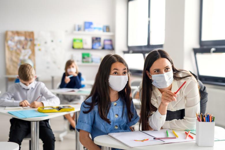 дети и учительница в масках фото