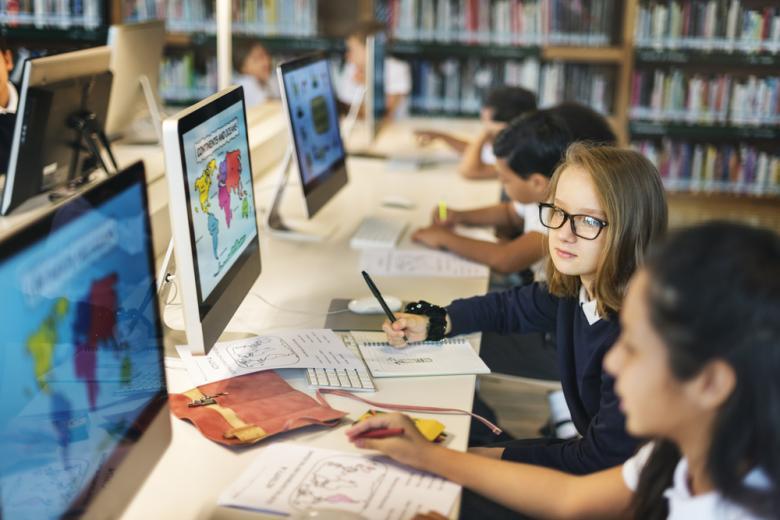 дети работают на компьютерах фото